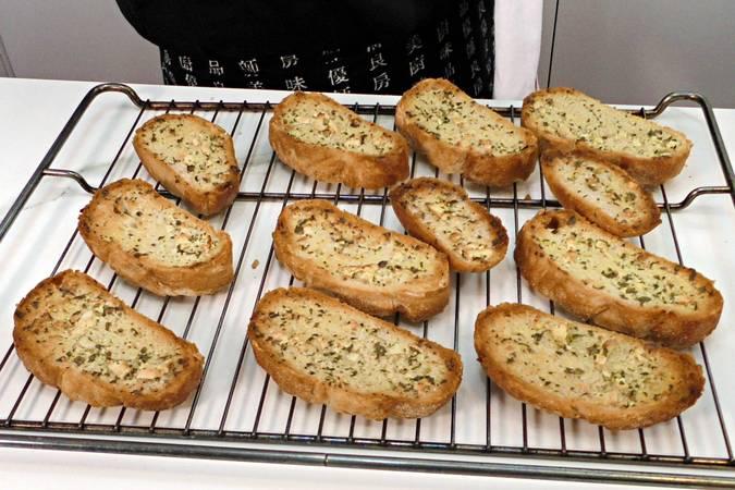 Paso 4 de Pan de ajo con pan de pueblo
