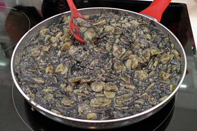 Paso 4 de Tortilla de patata negra