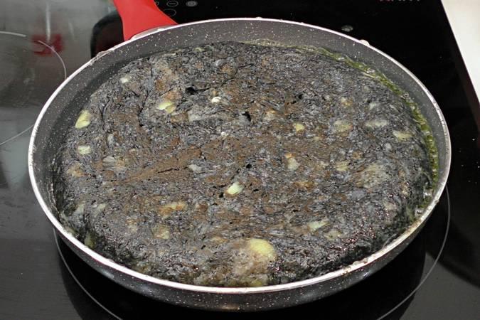 Paso 5 de Tortilla de patata negra