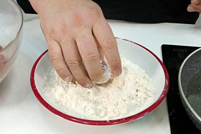 Paso 2 de Receta de albóndigas con tomate y patatas fritas