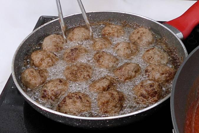 Paso 3 de Receta de albóndigas con tomate y patatas fritas