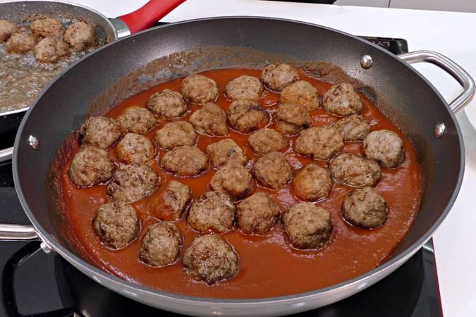 Paso 4 de Receta de albóndigas con tomate y patatas fritas