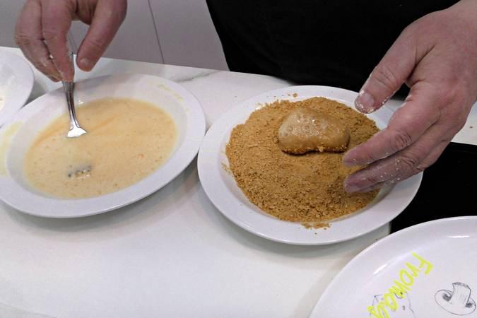 Empanar los nuggets de pollo caseros