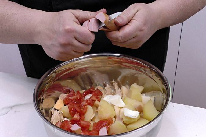 Poner el tomate y las salchichas