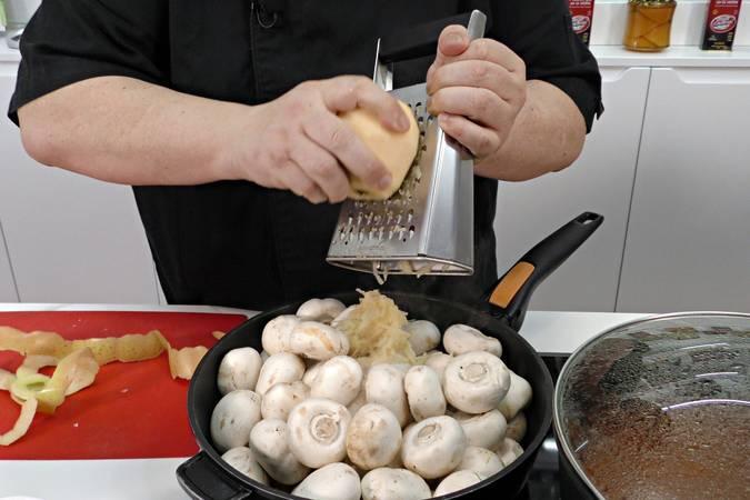 Agregar los champiñones y la cebolla