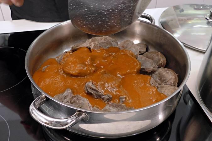 Paso 8 de Carrilleras con salsa picante y puré de patata casero
