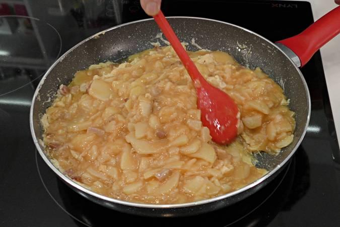 Calentar la sartén con aceite y añadir la mezcla de patata