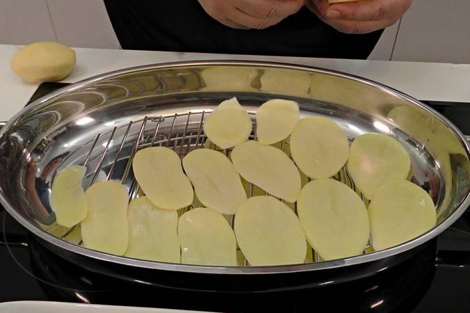Paso 1 de Lubina al horno con patatas