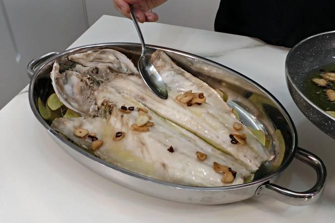 Paso 4 de Lubina al horno con patatas