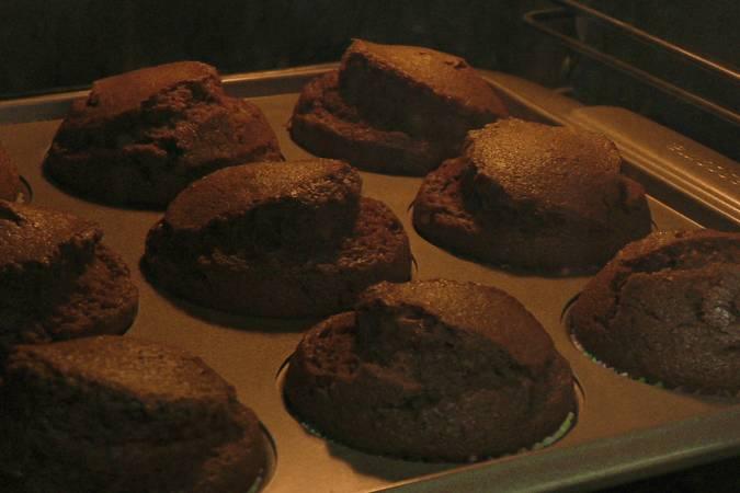 Paso 7 de Magdalenas de chocolate rellenas de crema de chocolate blanco