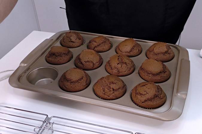 Paso 8 de Magdalenas de chocolate rellenas de crema de chocolate blanco