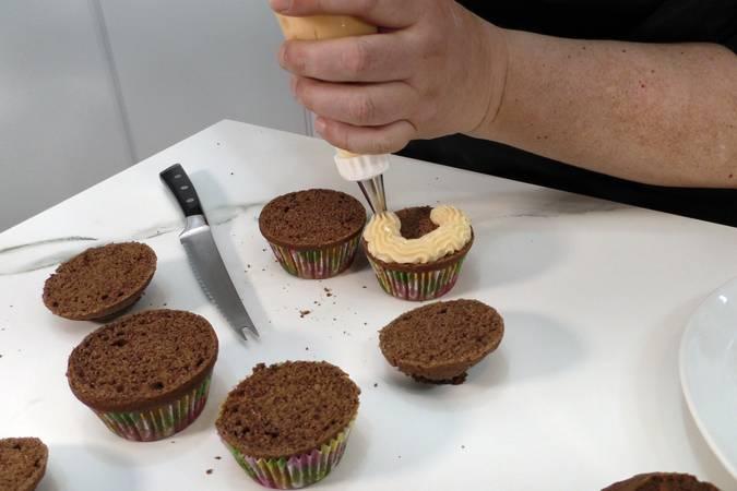 Paso 9 de Magdalenas de chocolate rellenas de crema de chocolate blanco