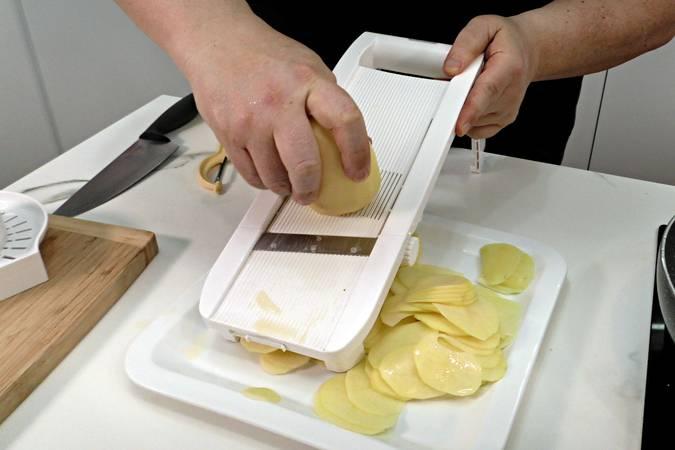 Cortar las patatas con la mandolina