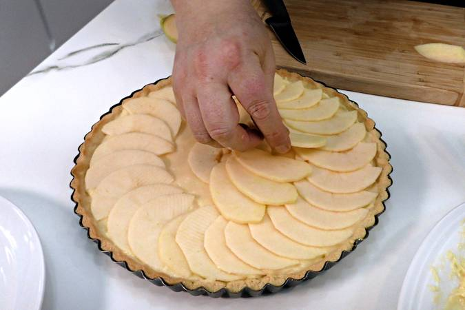 Paso 8 de Tarta de manzana sobre crema de chocolate blanco