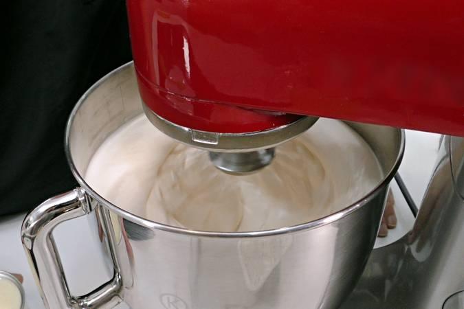 Paso 4 de Volteado de piña con leche condensada