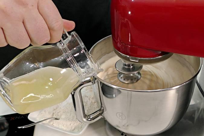 Paso 5 de Volteado de piña con leche condensada