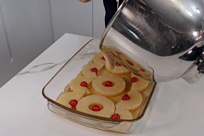 Paso 7 de Volteado de piña con leche condensada
