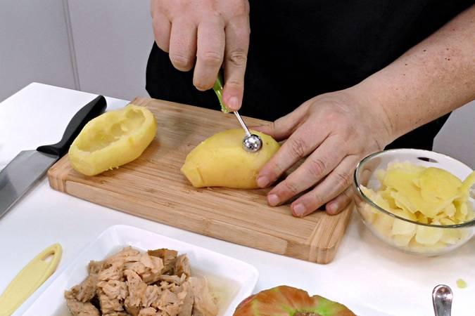 Paso 1 de Patata rellena con ensalada, receta fácil y rápida