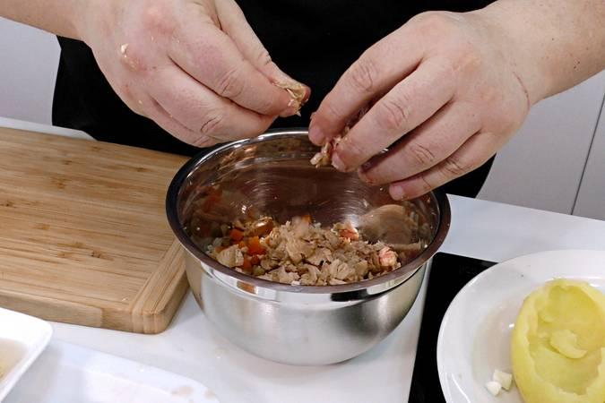 Paso 3 de Patata rellena con ensalada, receta fácil y rápida