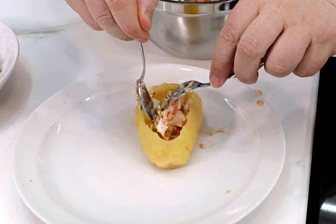 Paso 5 de Patata rellena con ensalada, receta fácil y rápida