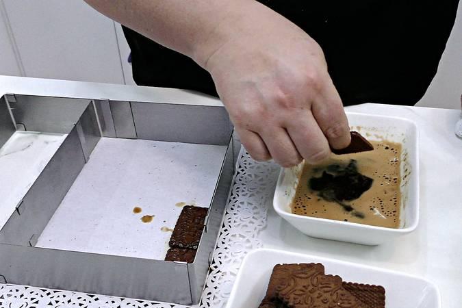 Untar las galletas con el café y poner una capa de base
