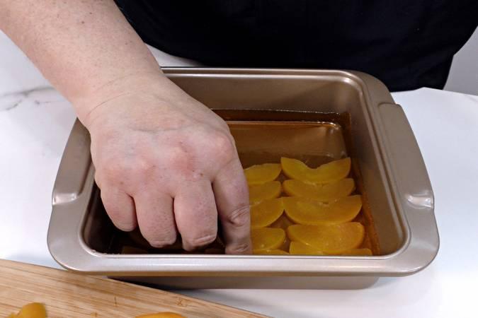 Paso 3 de Pudin de melocotón en almíbar con bizcocho