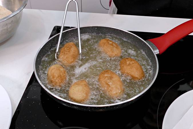 Freír las croquetas de jamón y queso