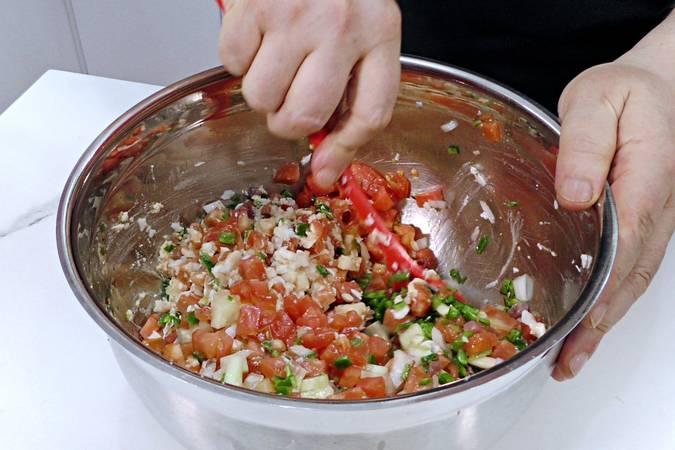 Mezclar la ensalada pipirrana