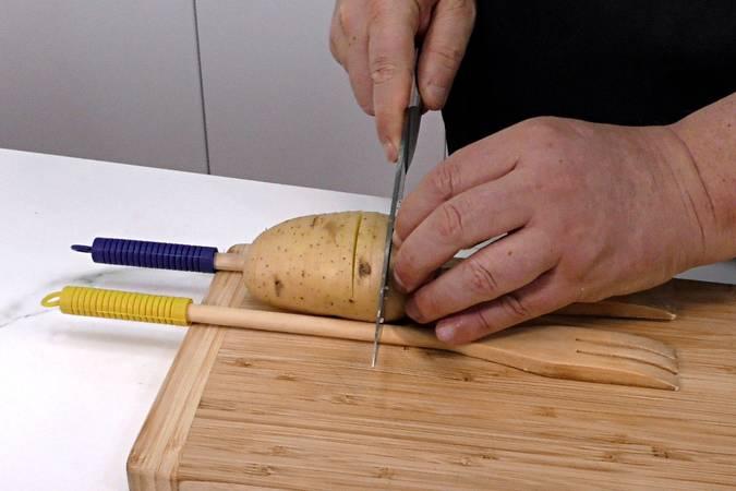 Paso 3 de Lomo de cerdo al horno con patatas hasselback