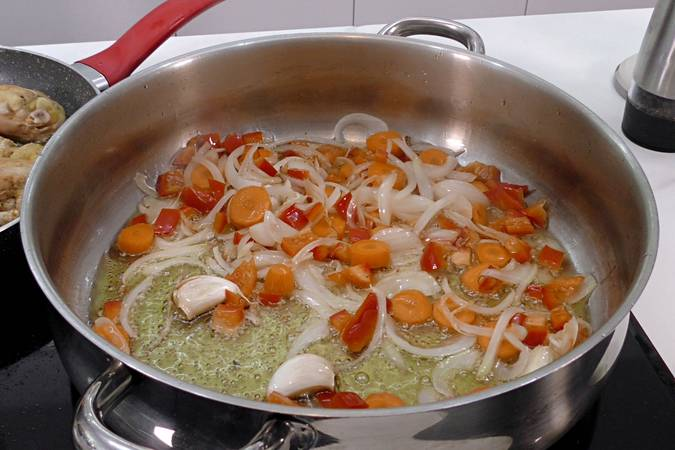Paso 1 de Como hacer pollo en pepitoria, receta tradicional