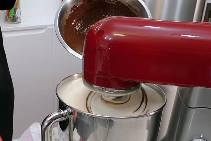 Paso 4 de Bizcocho de chocolate gigante