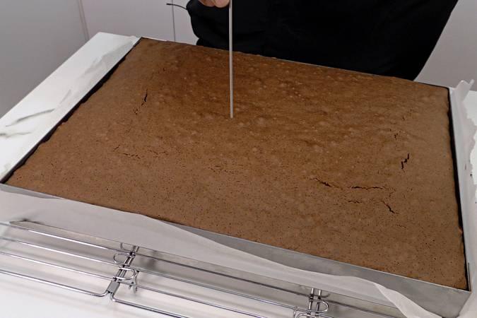 Paso 8 de Bizcocho de chocolate gigante