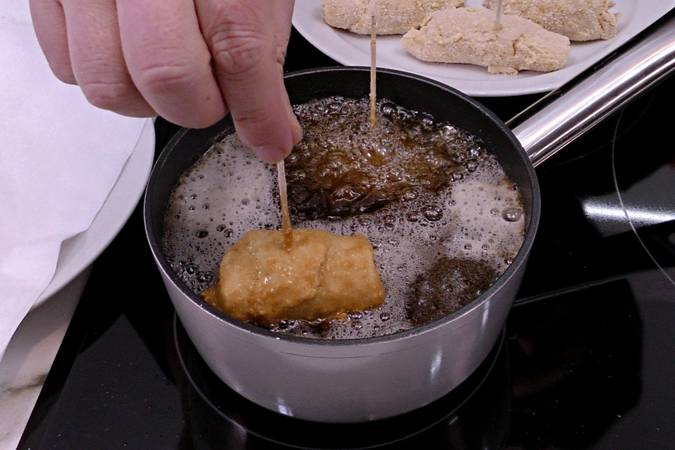Freír los rollitos de pechuga