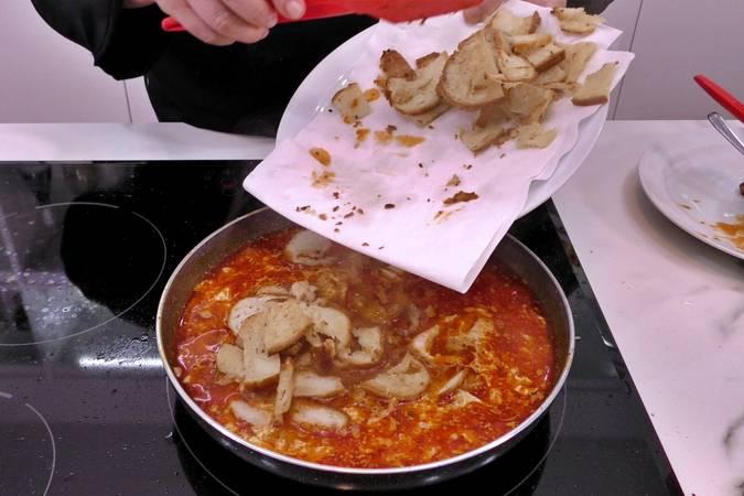 Poner el pan y rematar la sopa de ajo