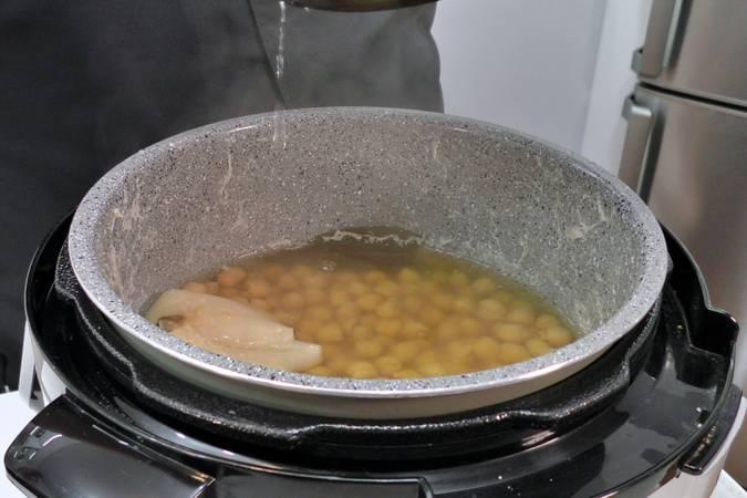 Cocemos los garbanzos en la olla a presión