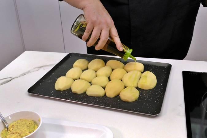 Paso 1 de Pechugas de pollo a la mostaza con patatas