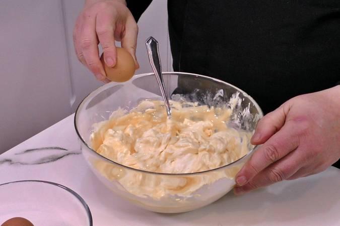 Mezclar el queso crema con los huevos