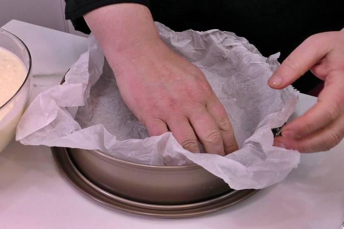 Humedecer el papel vegetal y colocarlo en el molde