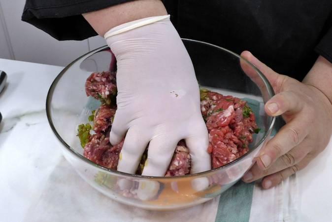 Amasamos la carne y la dejamos reposar en la nevera