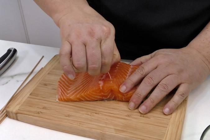Paso 1 de Brochetas de salmón y aguacate