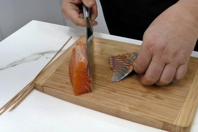 Paso 2 de Brochetas de salmón y aguacate