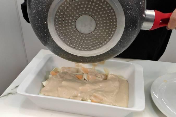Paso 3 de Huevos cocidos con bechamel, jamón y queso gratinados