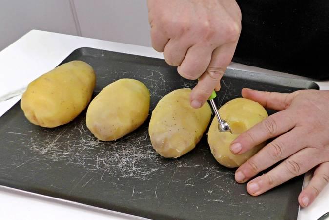 Preparamos las patatas para poder rellenarlas