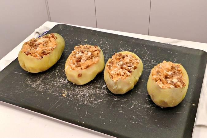 Paso 4 de Patatas rellenas con revuelto de chorizo