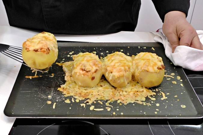 Paso 6 de Patatas rellenas con revuelto de chorizo