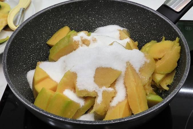 Cocinamos el mango para hacer la mermelada