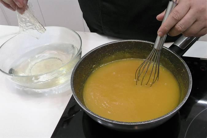 Añadimos la gelatina a la mermelada