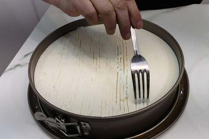 Rallamos con un tenedor la parte superior de la crema