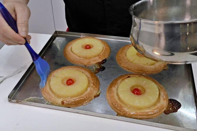 Untar los pasteles de piña con el almíbar