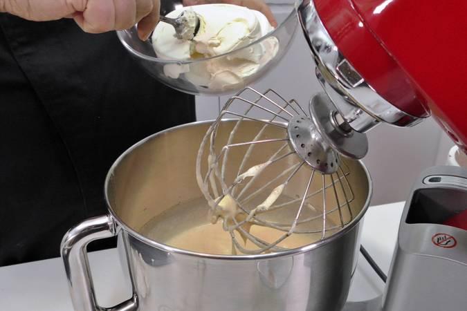 Añadir la mantequilla, la canela y el queso crema